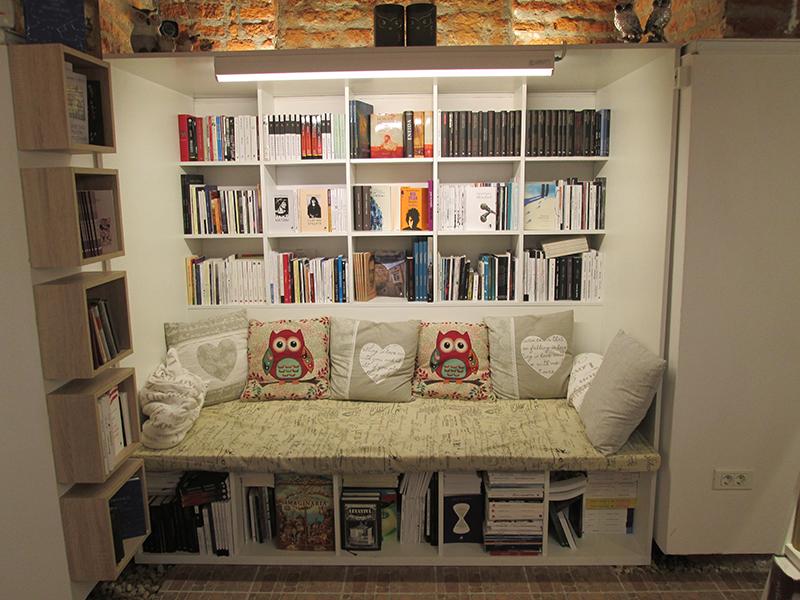 Unul dintre spațiile unde pot fi răsfoite cărți