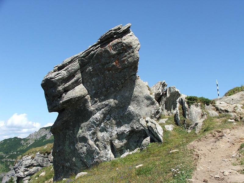 Stânca Dochia din masivul Ceahlău, despre care se spune că reprezintă pietrificarea bătrânei ciobănițe Foto: profudegeogra.eu
