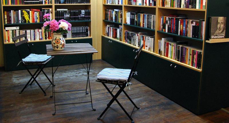 """Atmosfera din librăria """"Anthony Frost"""" îmbia vizitatorul la ore lungi de lectură"""