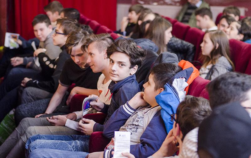 """La deschiderea Galei, copiii au așteptat cu nerăbdare filmul """"Saltimbancii"""""""