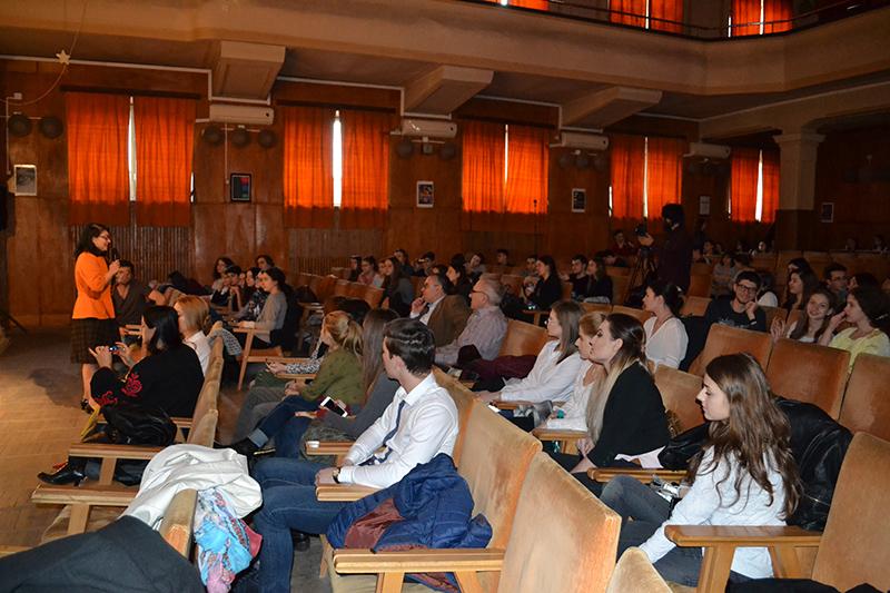 """Evenimentul, cu tema """"De pe maidan, pe marele ecran"""", a avut loc într-o sală de festivităţi înţesată cu tineri plini de interes"""