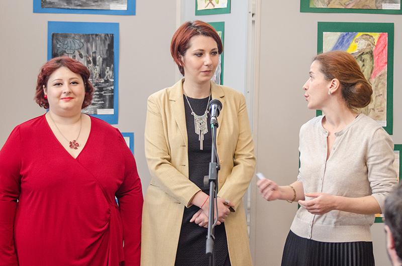 Profesoarele Claudia Gheorghie (stânga) și Cristiana Banu, alături de muzeograful Andreea Bîrzu (dreapta)