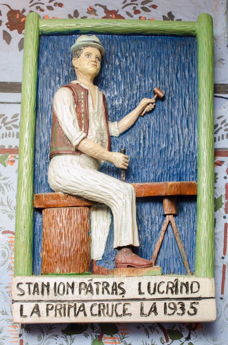 Idee de geniu: Ion Stan Pătraş, lucrând la prima cruce sculptată de lemn, ce avea să stea la baza Cimitirului Vesel din Săpânţa. Foto: Marius Donici la casa memorială a creatorului