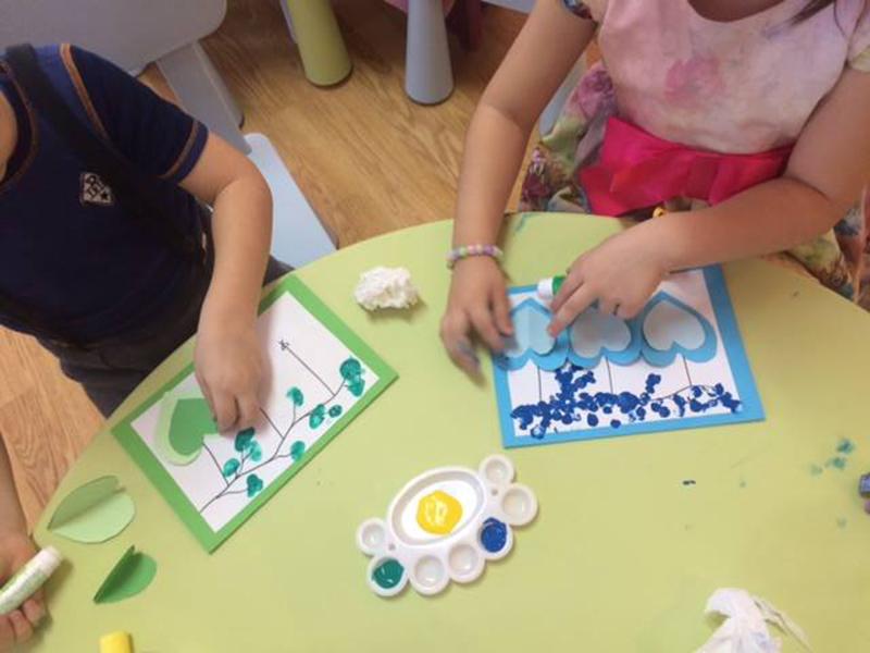 Copiii și-au pus creativitatea la treabă și au realizat mărțișoare și desene ce au fost apreciate de către adulți