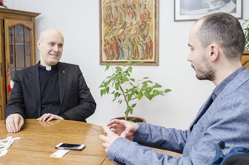 Autodeclarat cosmopolit, diaconul Edgar Vulpe (stânga) crede într-o Românie dincolo de hotare evidente