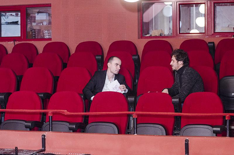 Schimbare de rol: regizorul Horia Suru (dreapta), în scaunul spectatorului
