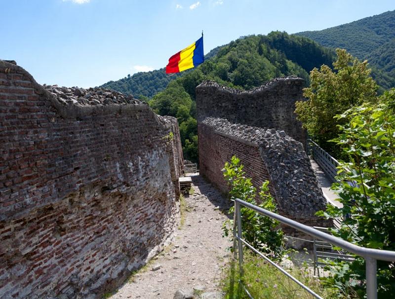 Drapelul României se înalță maiestuos deasupra locului unde s-a aflat camera domnului Vlad Țepeș