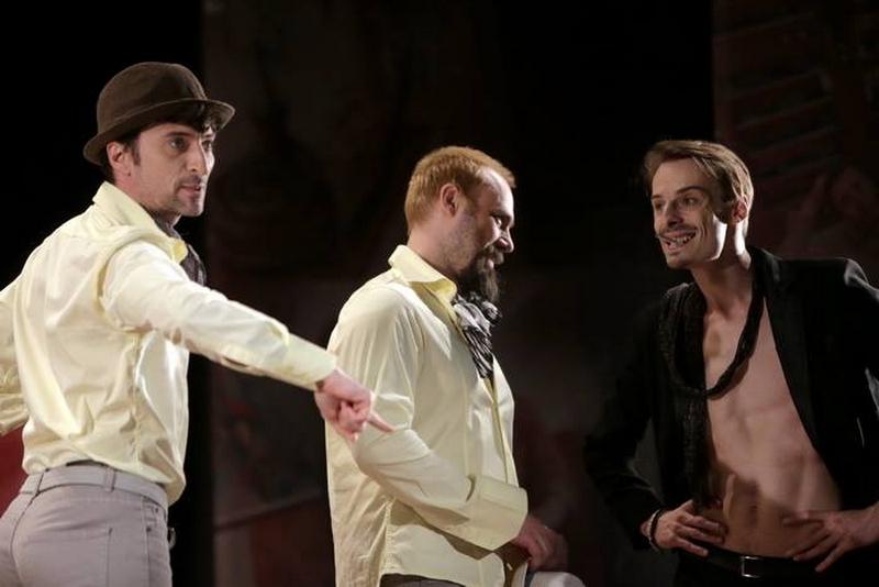 """Actorii Cătălin Ursu (stânga), Victor Manovici (centru) și Călin Stanciu Jr., magistraliîn piesa de teatru """"O scrisoare pierdută"""", regizată de către Ada Lupu Hausvater"""