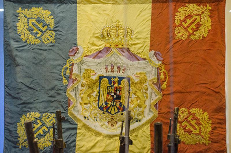 Steagul regal al României, la loc de cinste în Mausoleul din Vrancea