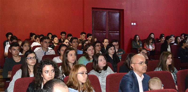 Elevii, veniți în număr mare la conferință, au fost captivați de cântecele și de cuvintele invitatului