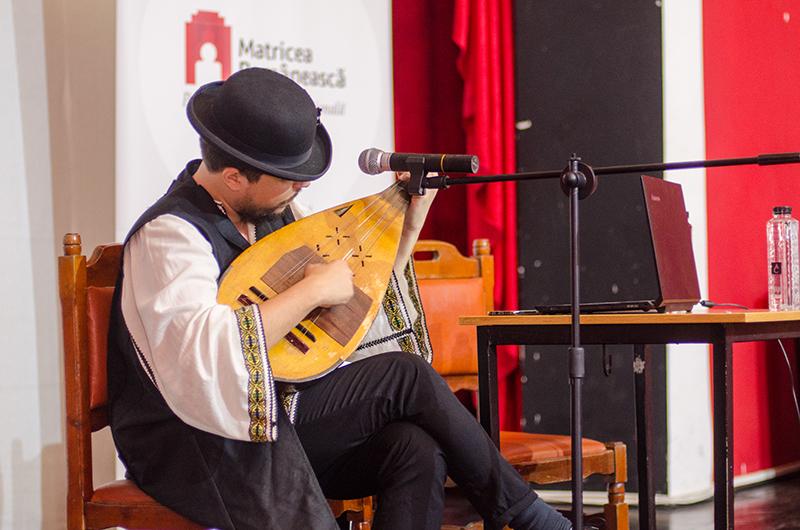 Bogdan-Mihai Simion a interpretat, la cobză, cântece specifice epocii lui Ienăchiță Văcărescu