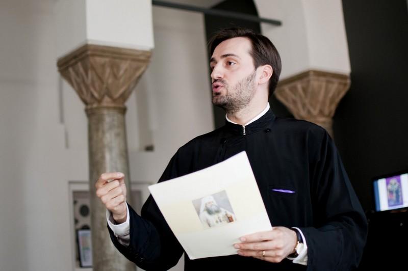 Preotul Marcel Stavără le-a vorbit proaspeţilor părinţi şi naşilor acestora despre Taina Botezului