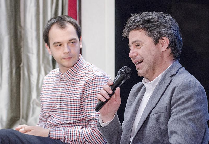"""Actorul Andrei Huțuleac (stânga) și directorul Institutului Balassi, András László Kósa, au vorbit la o dezbatere Matricea Românească despre """"divertismentul"""" de calitate îndoielnică oferit de mass media"""