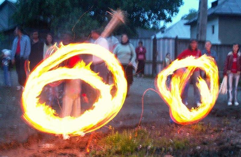 În România, parte a setului de tradiţii de Sânziene, încă se mai fac focuri în zona Vișeului (Maramureș), după ce apune soarele