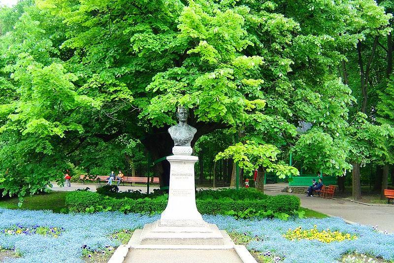 Teiul lui Eminescu şi statuia poetului, din parcul ieşean Copou
