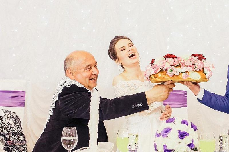 Închinarea colacilor către nași, la nuntă, una dintre cele mai importante tradiţii asociate cu familia în Basarabia