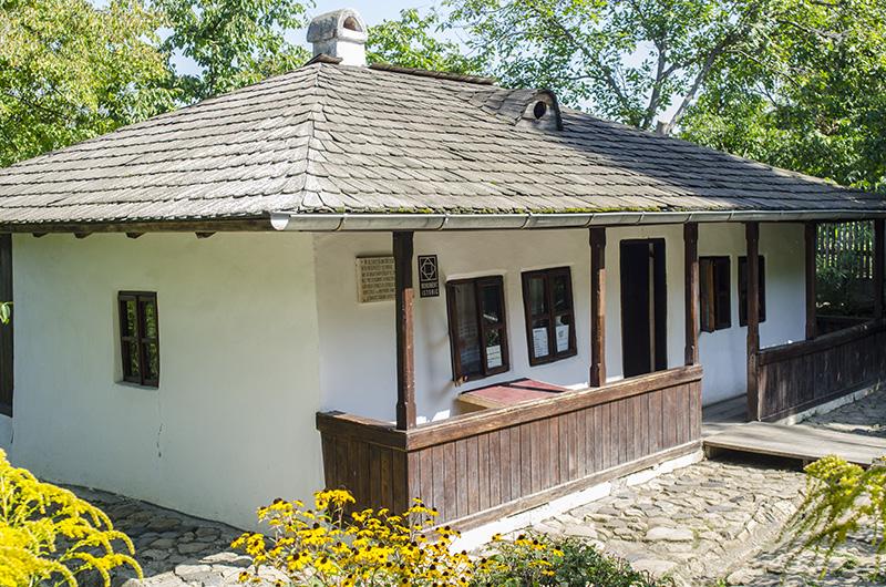 Faimoasa Bojdeucă din Ţicău (Iaşi), a lui Ion Creangă, unde marele povestitor l-a avut ca oaspete inclusiv pe prietenul de familie Mihai Eminescu