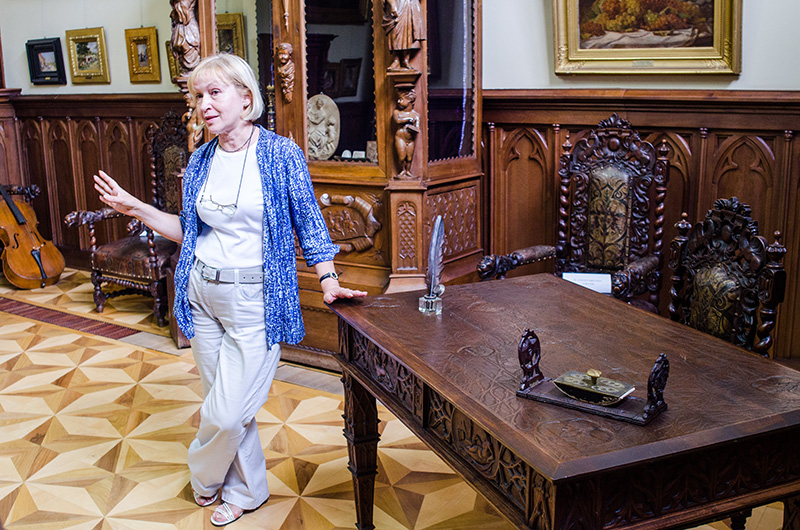 Istoricul de artă Greta Şuteu, explicând simbolistica biroului sculptat de către Theodor Aman