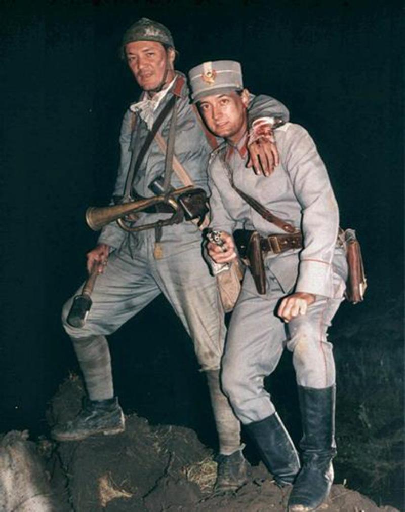 Actorii George Alexandru (gornistul Mitu) şi Cosmin Şofron (căpitan în Armata I Română), în timpul unei pauze de filmare la Triunghiul morţii, pregătind scena finală de pe Dealul Răzoare Foto: All about Romanian Cinema