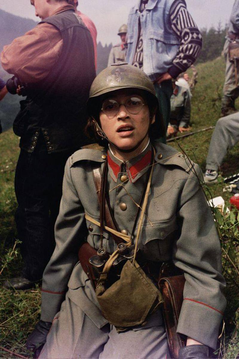 Actriţa Ilinca Goia (interpreta Cătălinei Toderoiu), în timpul unei pauze de filmare, pregătind scena finală de pe Dealul Secuiului Foto: pagina de facebook Începutul Adevărului - Oglinda, de Sergiu Nicolaescu