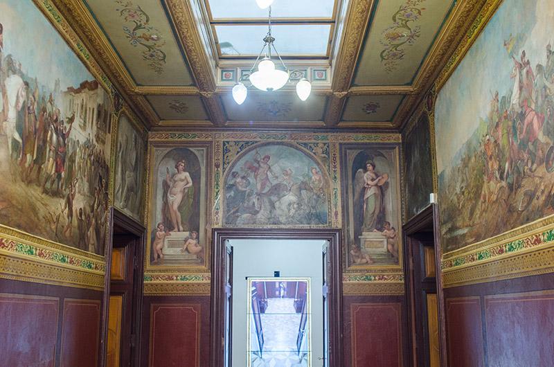 Casa lui Theodor Aman este un veritabil muzeu al simbolurilor. În imagine, holul mustind de alegorii