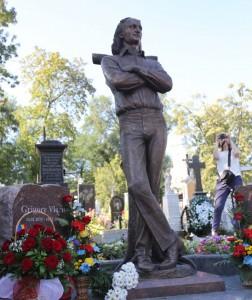 Statuia marelui poet român Grigore Vieru, veghind locul de veci al acestuia, din Cimitirul Doina din Chișinău
