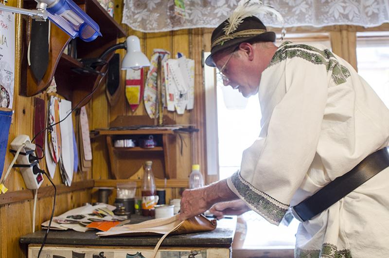 Meşterul Ioan Hojbotă, din Gura Humorului, lucrând în atelierul său la o opincă