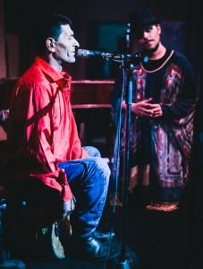 Muzicienii Bogdan-Mihai Simion (dreapta), respectiv Napoleon Constantin din comuna Graţia, judeţul Teleorman