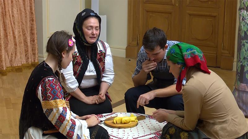 O masă în familie, unde există credință, chiar dacă România e în comunism.