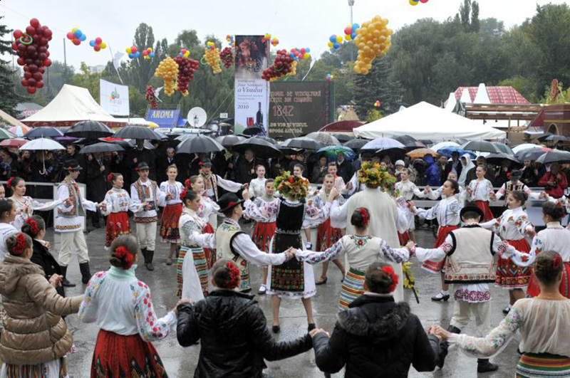 Una dintre cele mai frumoase şi mai aşteptate tradiţii de toamnă în Basarabia: Ziua Vinului