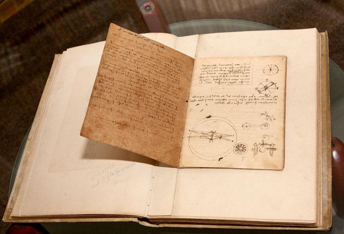 Manuscrisul lui Leonardo Da Vinci, unul dintre exponatele remarcabile din fondul patrimonial de carte administrat de Biblioteca Aman din Craiova