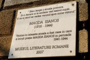 Placă comemorativă pe casa unde a locuit Magda Isanos și Eusebiu Camilar