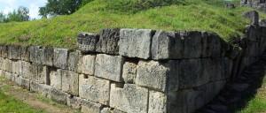Ziduri în ruină la Cetatea Blidaru. Sursa: patrimoniu.ro