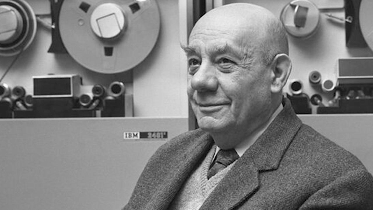 Grigore Moisil alături de o mașină de calcul din anii '60