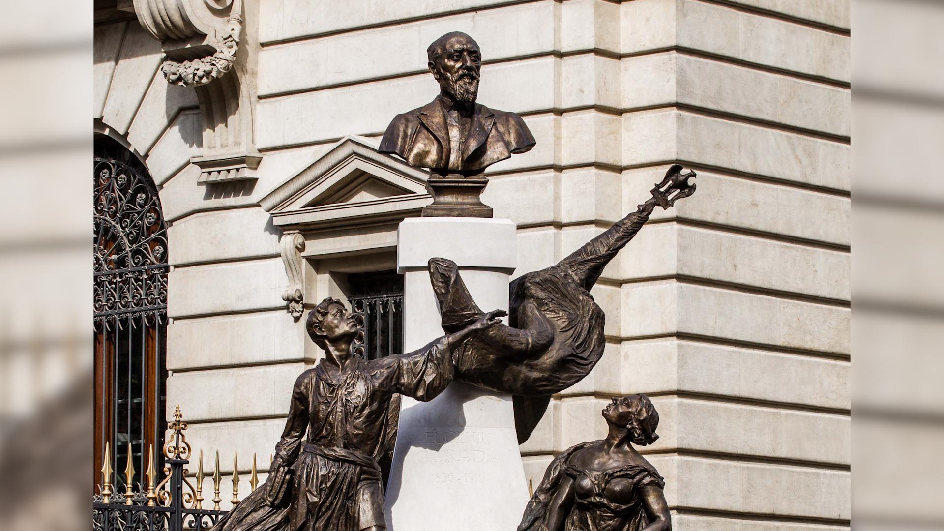 Grupul statuar Eugeniu Carada de lângă sediul vechi al BNR
