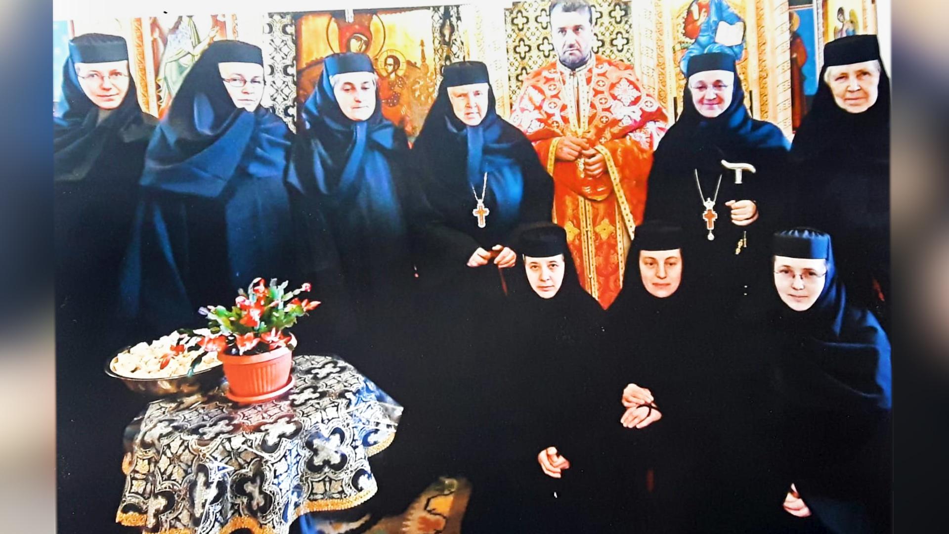 Fotografie cu obștea Mănăstirii Voroneț. Cele două stravrofore sunt maica stareță Gabriela și maica Irina, fosta stareță