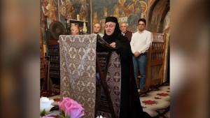 Maica Gabriela în mijlocul bisericii, citind psalmi la slujba de Priveghere