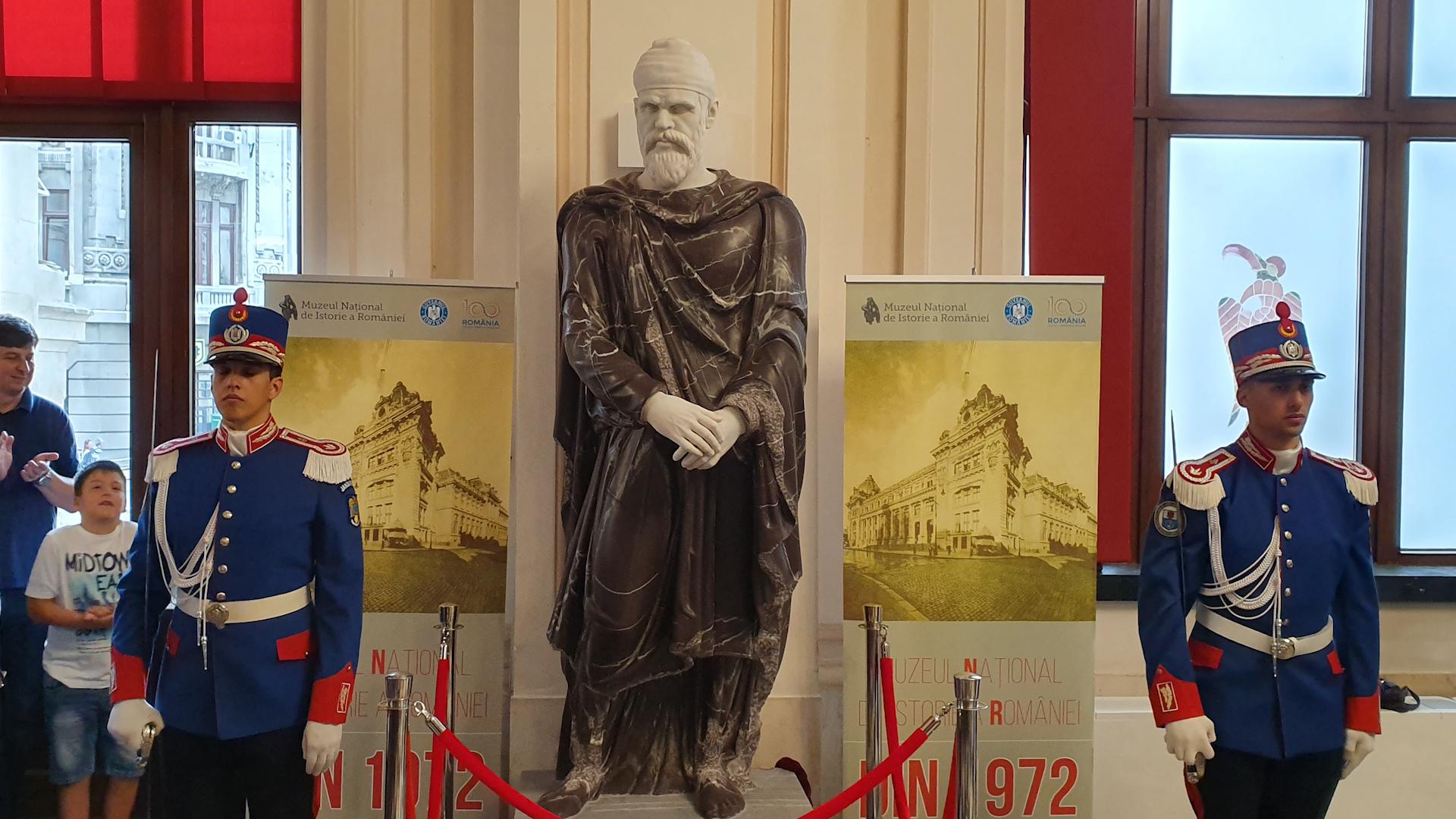 Statuia nobilului dac, foarte posibil Regele Decebal, expusă în holul Muzeului Național de Istorie al României