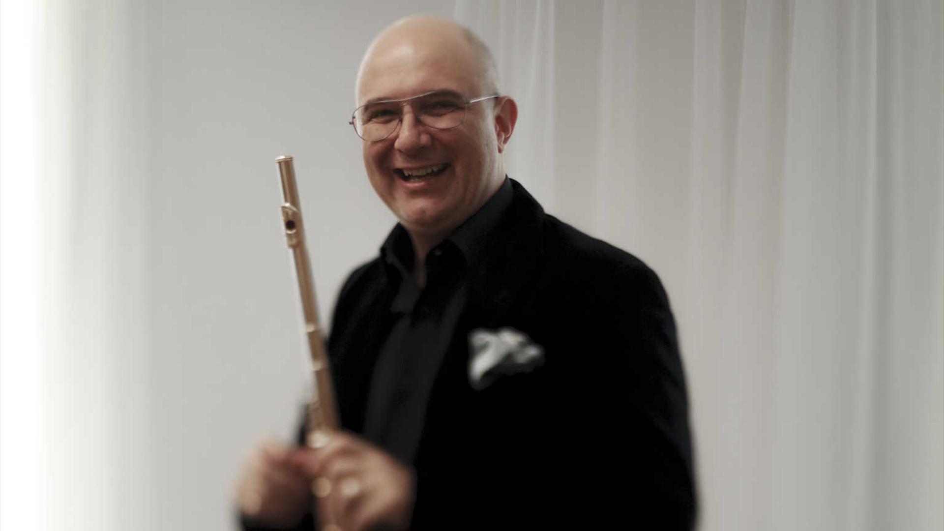 Ion Bogdan Ștefănescu ilustrând starea de spirit pe care o produce flautul