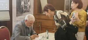 La finalul lansării Adrian Majuru a dat autografe celor prezenți