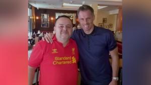 Horia Matei (în tricoul roșu), alături de legenda Liverpool, fundașul Jamie Carragher
