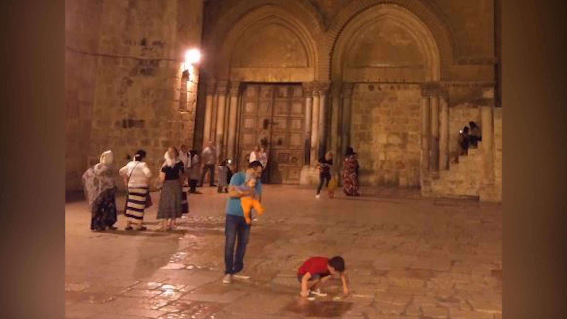 Piața din fața Bisericii Sfântului Mormânt este surprinzătoare după plecarea turiștilor și pelerinilor