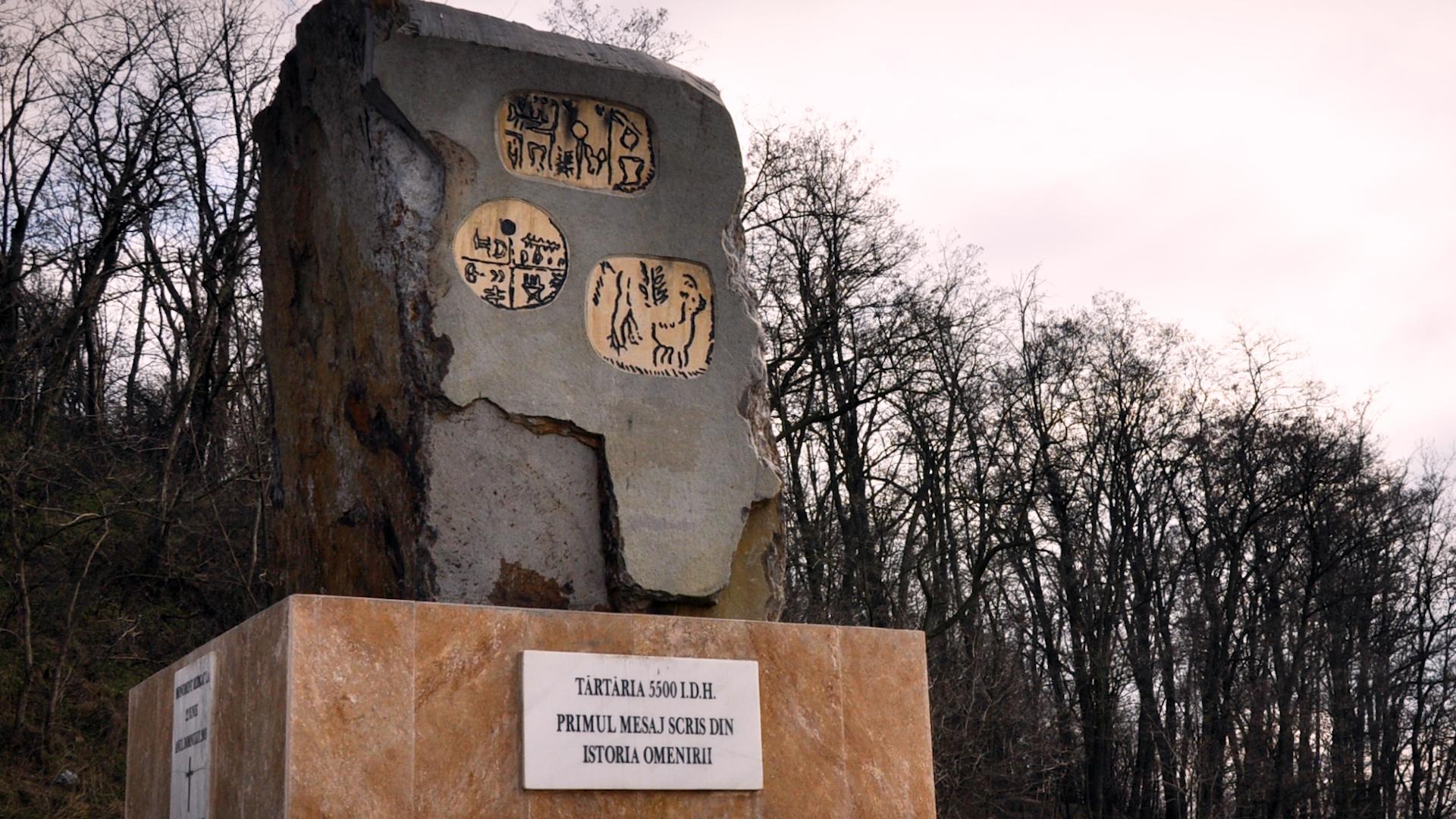 Monumentul închinat tăblițelor de la Tărtăria (sursa: commons.wikimedia.com).