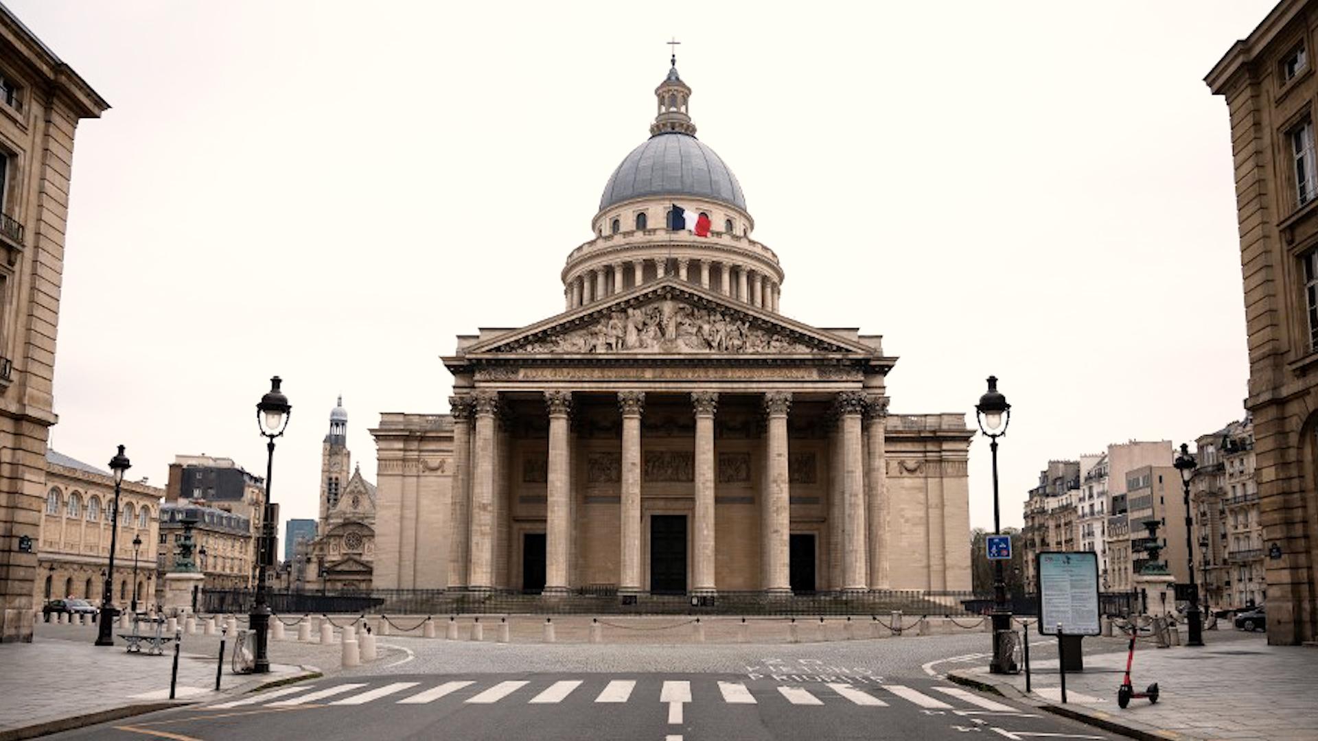 Piața Pantheonului parizian, pustie de când au intrat în vigoare restricțiile severe de circulație. Credit foto: thelocal.fr