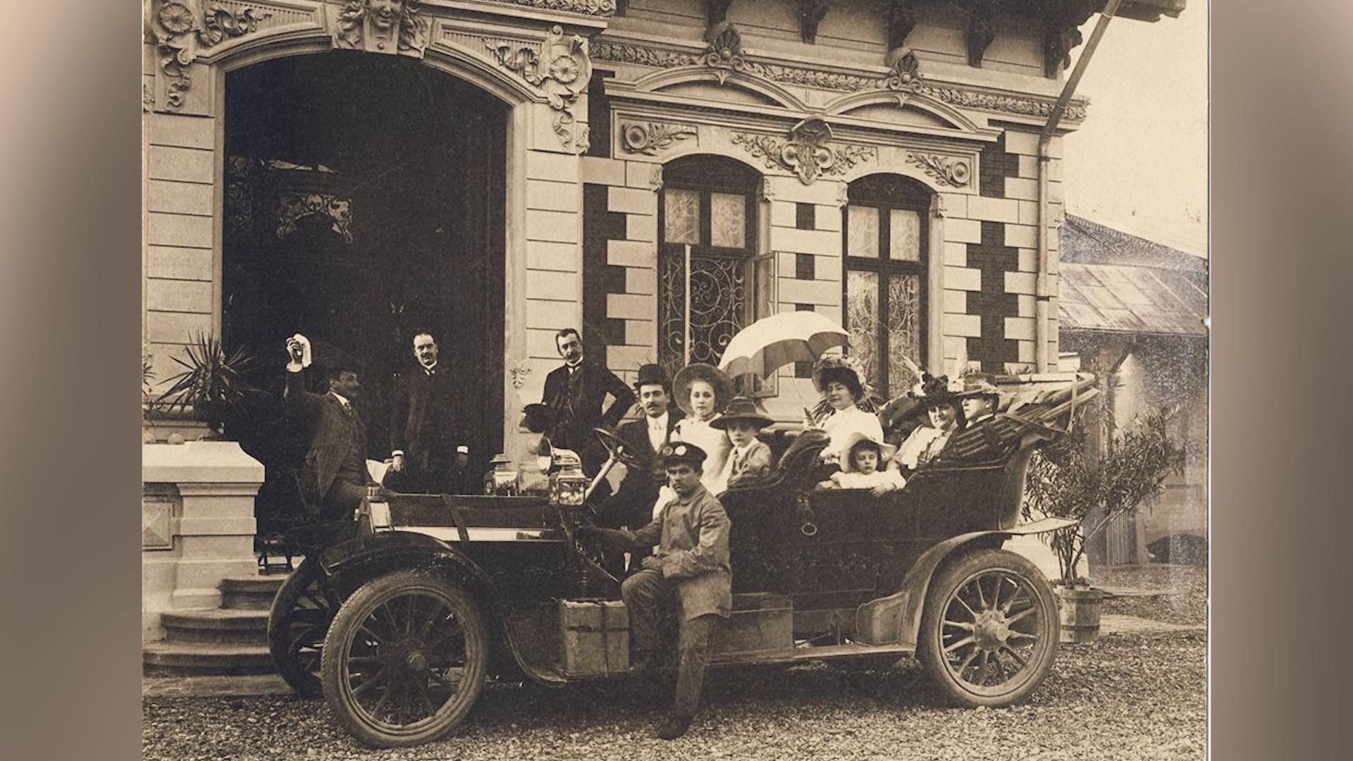 Familia Tudorache, în fața conacului lor din Grădiștea