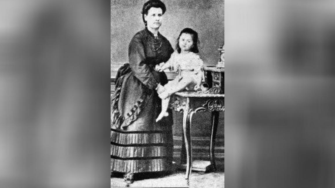 Maria Bilcescu alături de micuța Sarmiza
